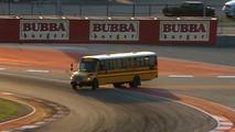 Piste giren otobüs