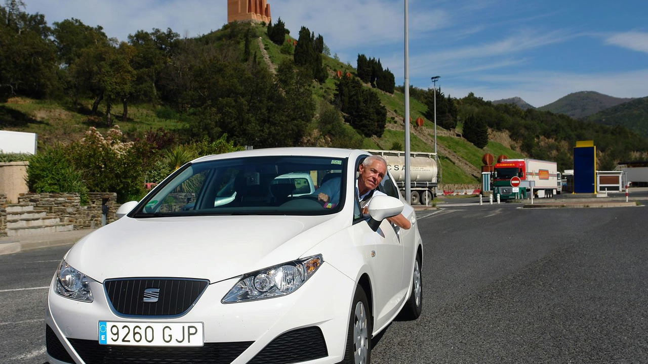 The Ibiza ECOMOTIVE and Gerhard Plattner in the SEAT factory in Martorell, moments before starting the journey.
