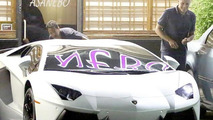 George Clooney checking out a Lamborghini Aventador / AKM - GSI