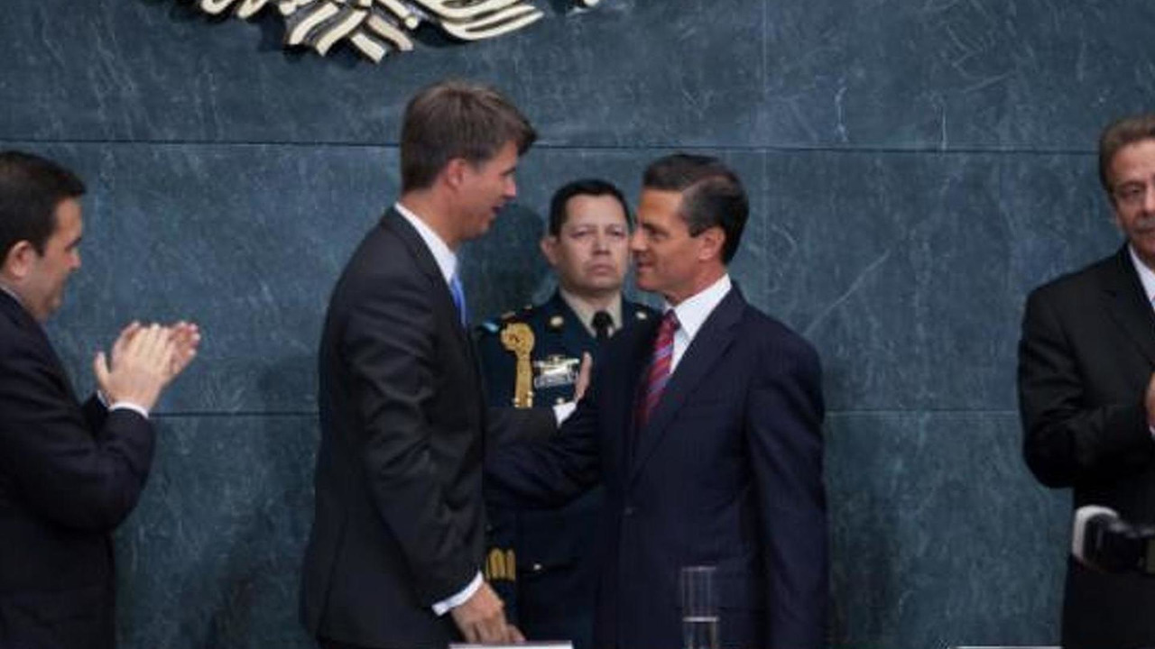 Harald Kruger from BMW with Mexican President Enrique Peña Nieto signing the new plant contract