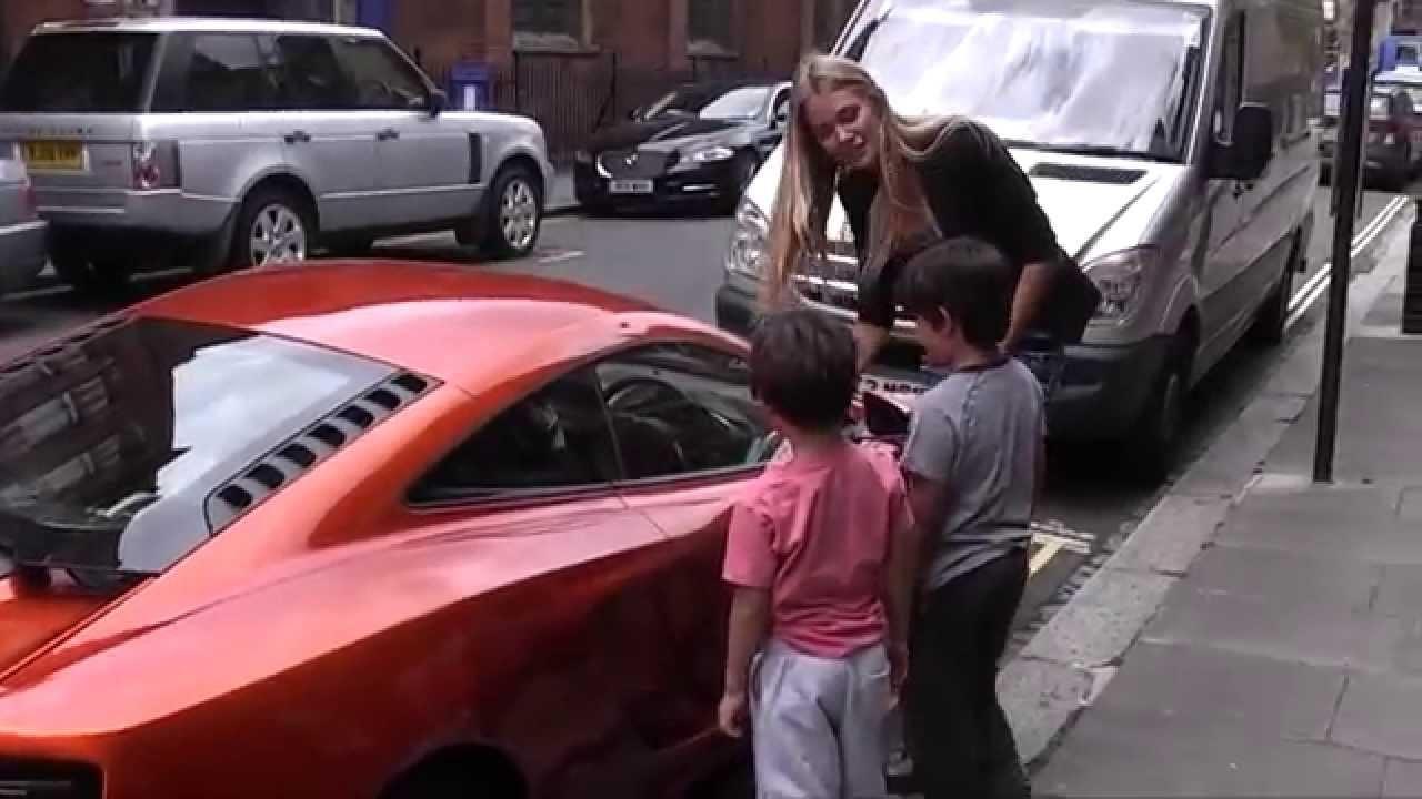 Güzel bayan çocukları McLaren ile korkuttu