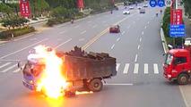 Çinli motosiklet sürücüsü alevler içinde kaldığı kazadan kurtuldu