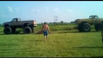 VÍDEO: Cabo-de-guerra entre picapes nos EUA