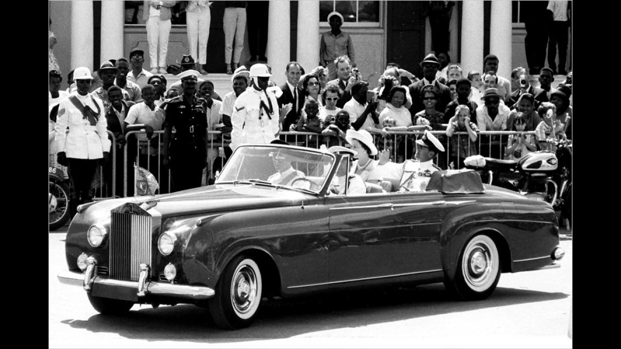 1966 Queen Elizabeth und Prinz Philip im offenen Rolls-Royce in Nassau auf den Bahamas.
