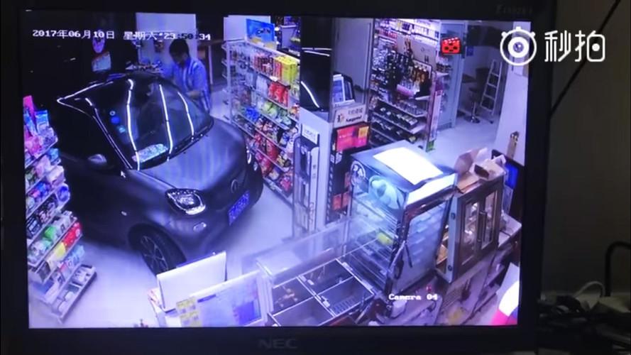 VIDÉO - Il entre dans un magasin avec sa Smart Fortwo