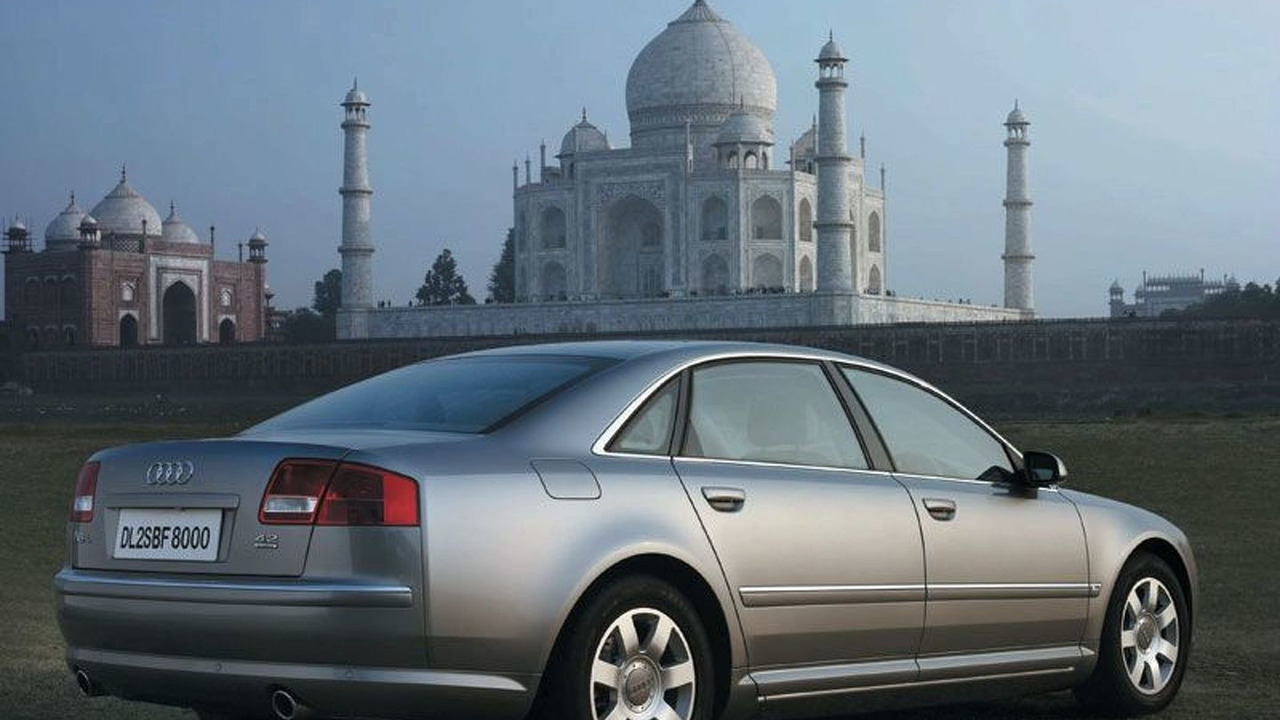Audi A8 4.2 in front of the Tadj Mahal