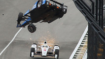Scott Dixon, Chip Ganassi Racing Honda crashes, Helio Castroneves, Team Penske Chevrolet passes