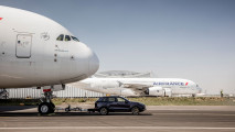 Porsche Cayenne, il traino record di un'Airbus A380 [VIDEO]