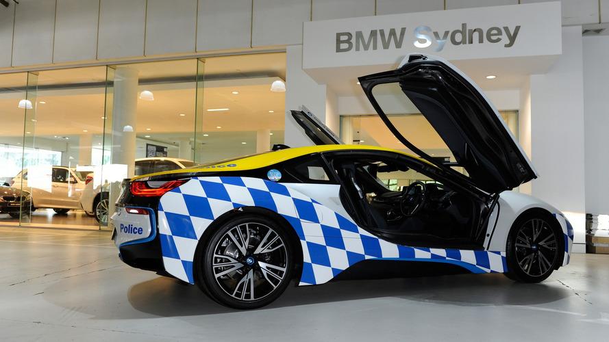 BMW i8 polis aracı işinin ehli görünüyor