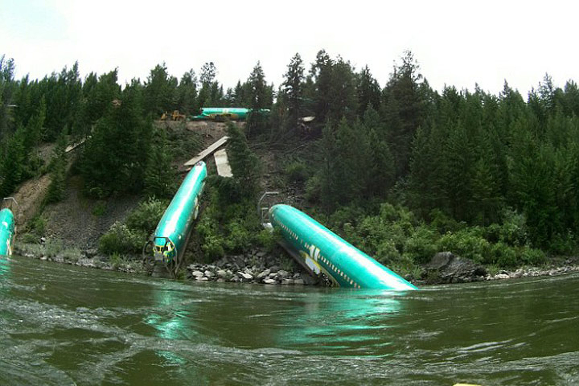 Work Begins to Hoist Three Boeing 737s from the Clark Fork River