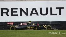 Pastor Maldonado, Lotus F1 E23 passe devant une publicité Renault