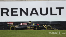 Pastor Maldonado, Lotus F1 E23 passes Renault advertising
