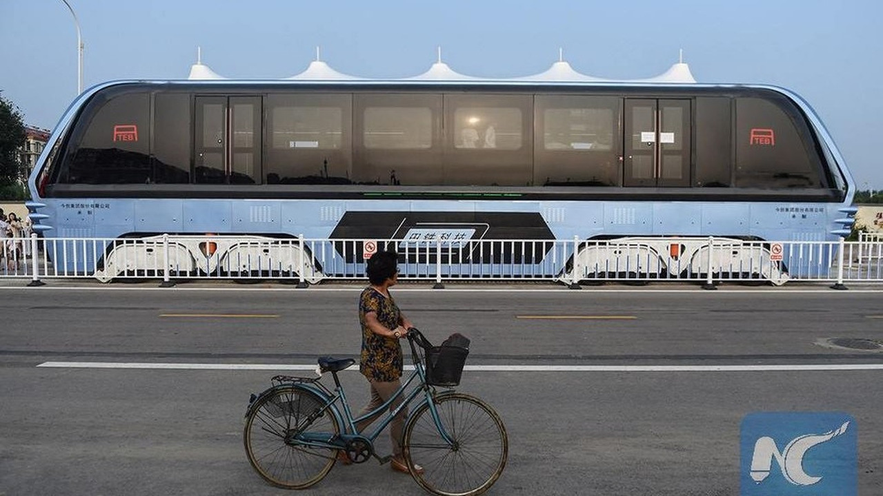 Straddling bus in China