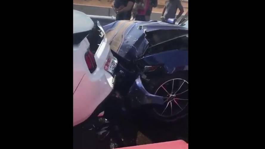 VIDÉO - Terrible carambolage de Ford Mustang à Dubai !