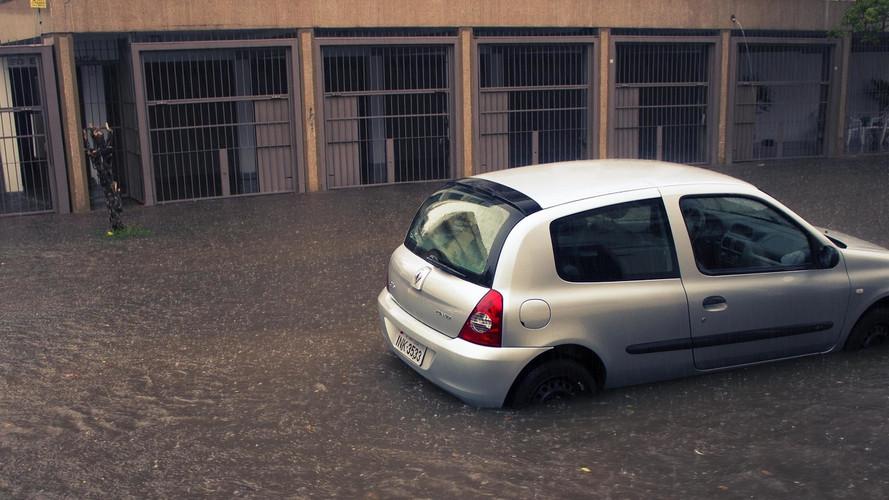 Autók rongálódtak meg és akadtak el a hirtelen lezúduló eső miatt (videók)