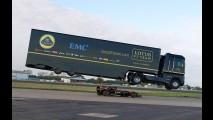Vídeo: caminhão Renault salta sobre carro de F-1 e entra para o Guiness